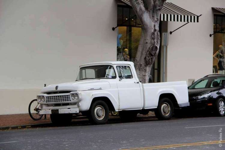 Белый ретро автомобиль, Санта-Барбара, Калифорния