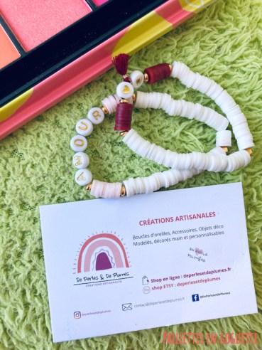 bracelets de perles et de plumes