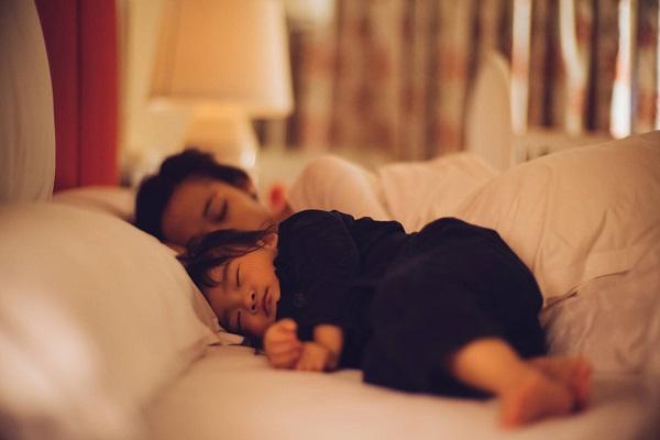 Crianças que dormem com seus pais: 12 dicas para que prefiram a própria cama