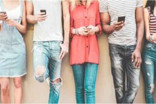 Adolescentes britânicos trocam sexo por relacionamentos online e família e taxa de gravidez cai, indica estudo