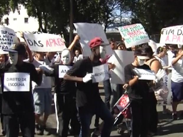 Projeto que quer acabar com Apaes mobiliza moradores no interior de SP