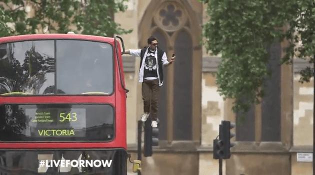 Mágico 'flutua' pelas ruas de Londres