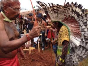 Índios 'enterram' ministros em protesto