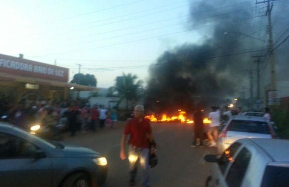 Moradores fazem manifestação e fecham Rio Madeira