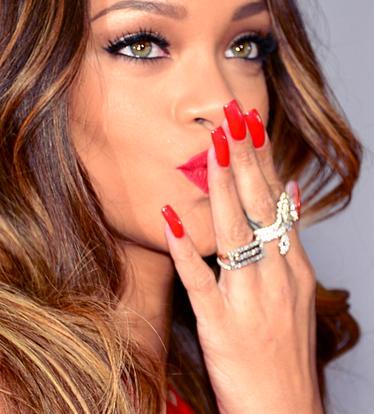 Jennifer Lopez será mãe de Rihanna, entenda.