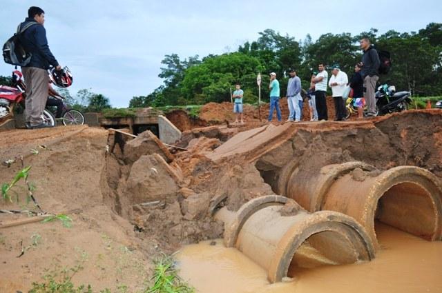 Desvio que dá acesso ao aeroporto de Vilhena desmorona após chuva
