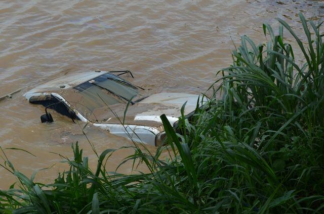 Carro que seria atravessado para Bolívia é resgatado no rio Mamoré