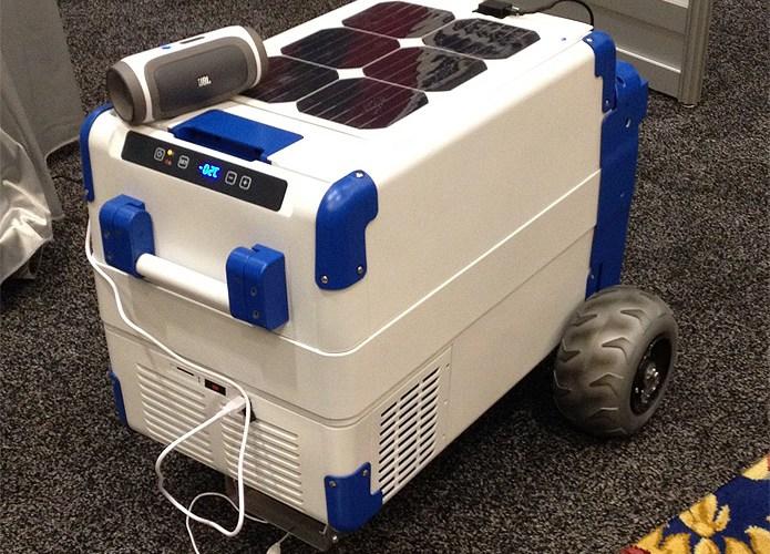 Cooler movido a energia solar gela cerveja e carrega celular
