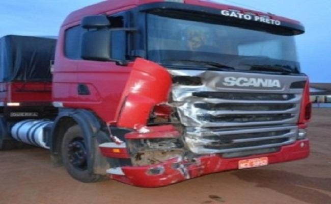 Moto explodi e motociclista morre ao bater de frente com carreta