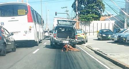 Policiais flagrados em imagens arrastando corpo de mulher devem sair ilesos