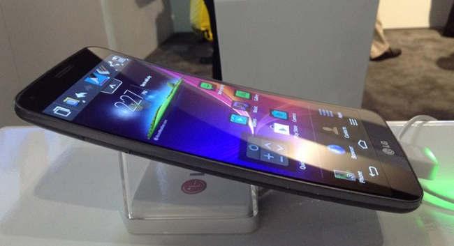 Celular com tela curva da LG é lançado no Brasil por R$ 2,7 mil