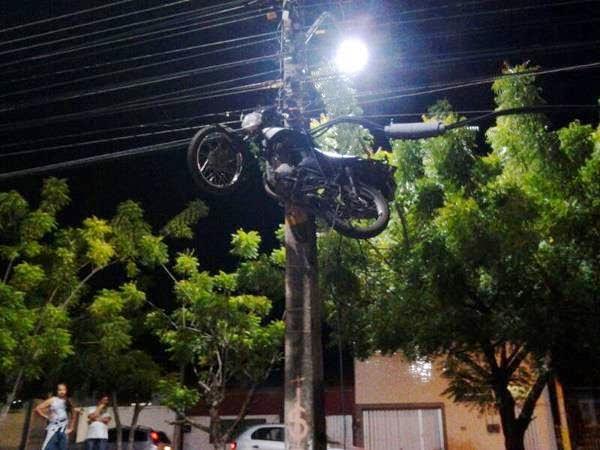 Após acidente moto fica pendurada em poste de energia a 7 metros de altura