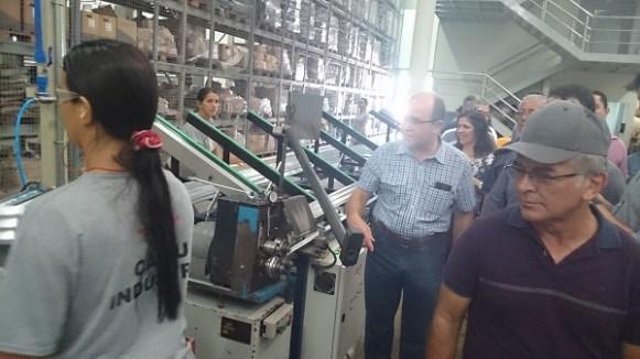 Euflávio mostra a Linha de produção da fábrica da Cairu