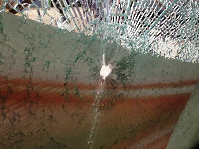 Vidraça de loja leva rajada de bala durante a madrugada