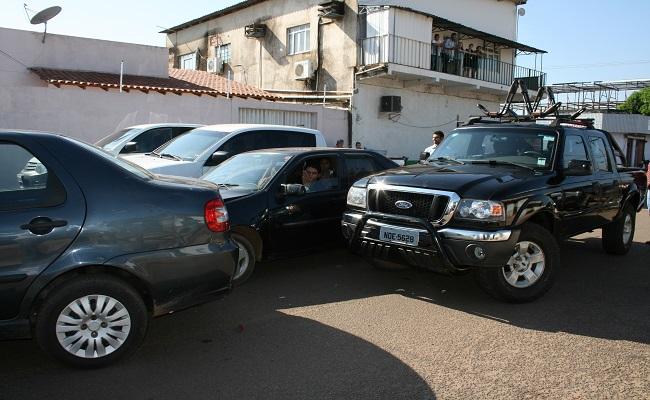Veículo sem freio colide com carro oficial em Porto Velho