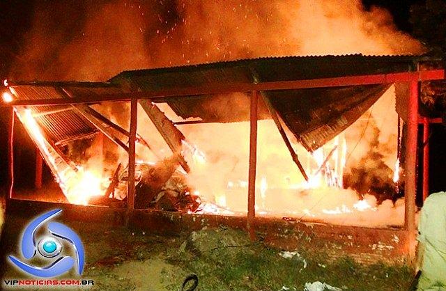 Incêndio criminoso destrói barracão e um veículo no distrito de Riozinho