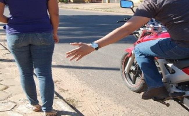 Homem é detido após dar tapa em bumbum de garota