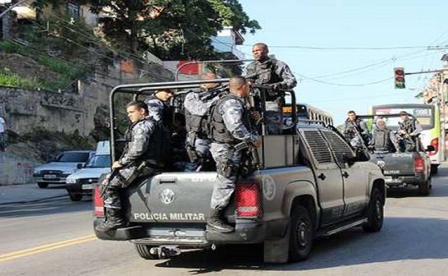 Policiais fazem megaoperação no Complexo do Alemão no Rio