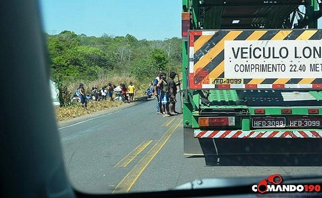 Índios bloqueiam BR-174 e cobram pedágio de motoristas