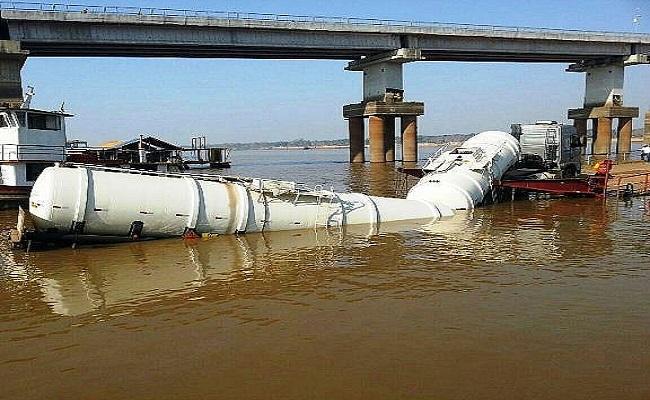 Caminhão que transportava gasolina cai no Rio madeira