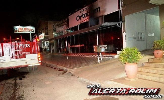 Incêndio destrói loja de colchões