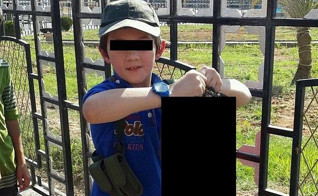 'Esse é meu garoto', diz pai enquanto filho de 7 anos segura uma cabeça decepada