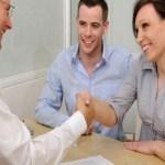 gerente conversa com casal