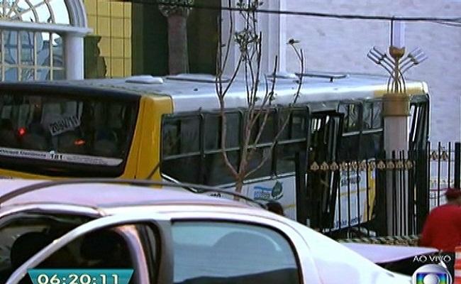 Ônibus bate em carro e invade Templo de Salomão