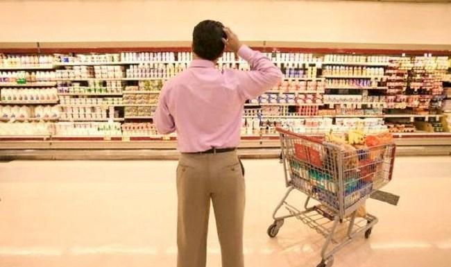 Consumidores brasileiros ficam mais pessimistas
