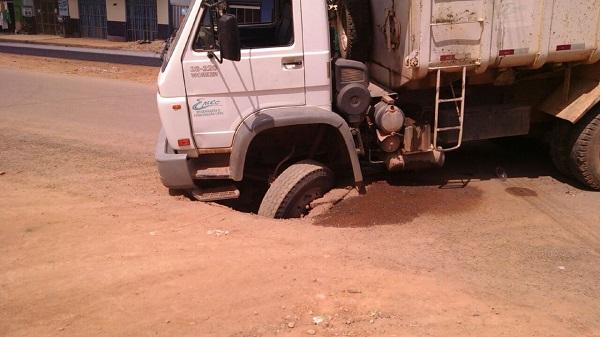 Caminhão da empresa responsável pela obra afundou na pista que ela mesma fez