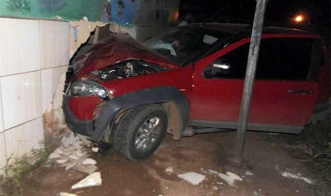 Motorista perde controle de carro e destrói sala de aula