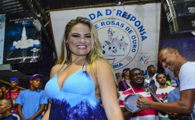Ellen Rocche exibe decotão em ensaio de escola de samba