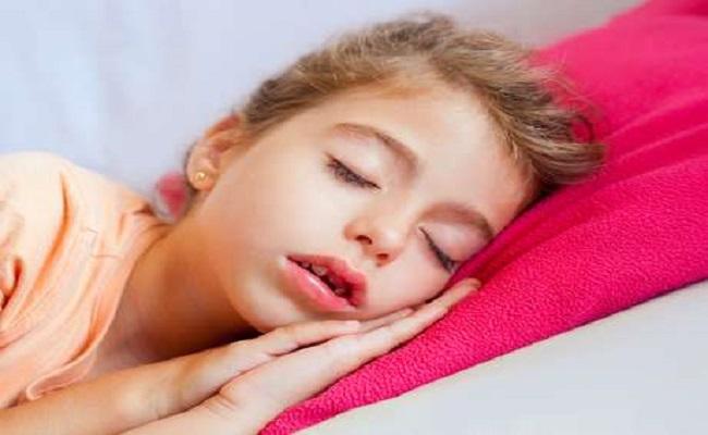 Babar à noite pode causar halitose e problemas vocais