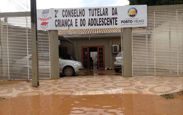Chuva deixa II Conselho Tutelar de Porto Velho alagado