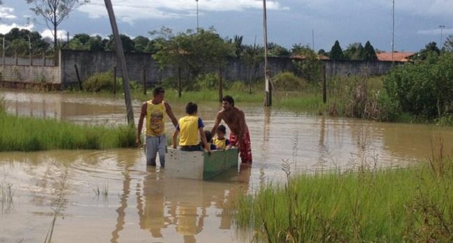 Pai usa geladeira como canoa para levar filhos à escola, em Porto Velho