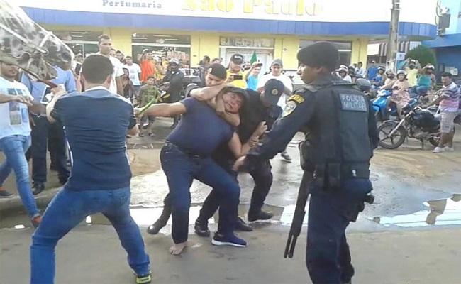 Amorim é vaiado por manifestantes, arrancado de cima de um cavalo e preso em Ariquemes