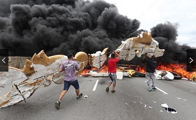 Manifestantes do MTST fazem protestos pelo Brasil