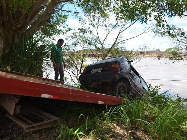 Criança de 8 anos dá partida e carro cai no Rio Machado