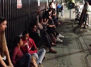 Estudantes passam noite em fila para tentar conseguir Fies