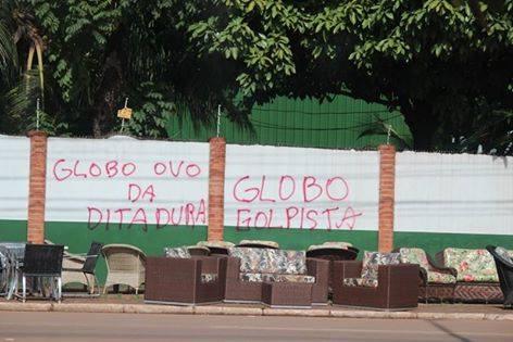 Muros da TV Rondônia foram pichados em plena luz do dia e autoridades não coíbem o vandalismo