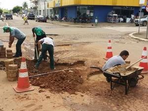 Empresário cansa de esperar e tapa buracos por contra própria em Jaru