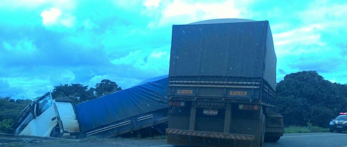Carreta sai da pista na BR 364 entre Jaru e Ouro Preto