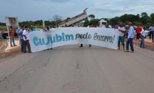 Moradores de Cujubim fecham a BR-364 em protesto contra onda de violência que atinge a cidade