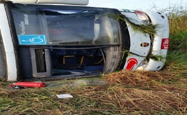 Acidente com ônibus deixa várias pessoas feridas e dois mortos em Itapuã