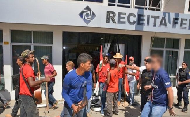 Com foices e facões integrantes do MST invadem Receita Federal em Ji-Paraná
