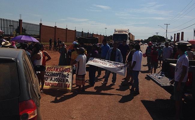 População se revolta com descaso do DER e fecha Estrada da Penal; videos