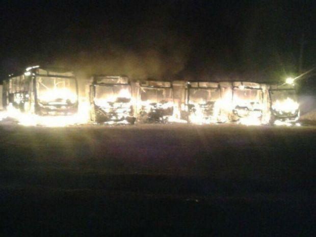 Ônibus escolares são incendiados dentro de garagem em distrito de RO
