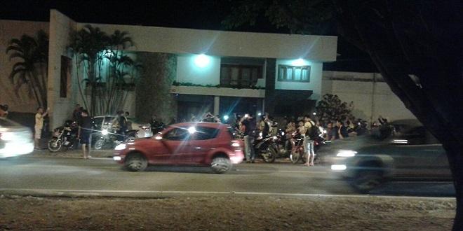 População faz buzinaço na frente da casa do senador Gurgacz; assista