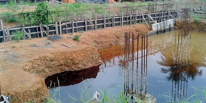 Abandonada, obra do Hospital Regional de Ariquemes vira piscinão de zika e dengue