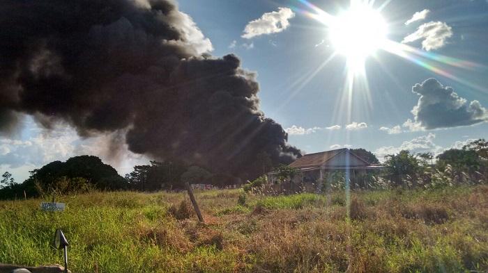 Em Cacoal, depósito de pneus próximo ao aeroporto pega fogo; imagens